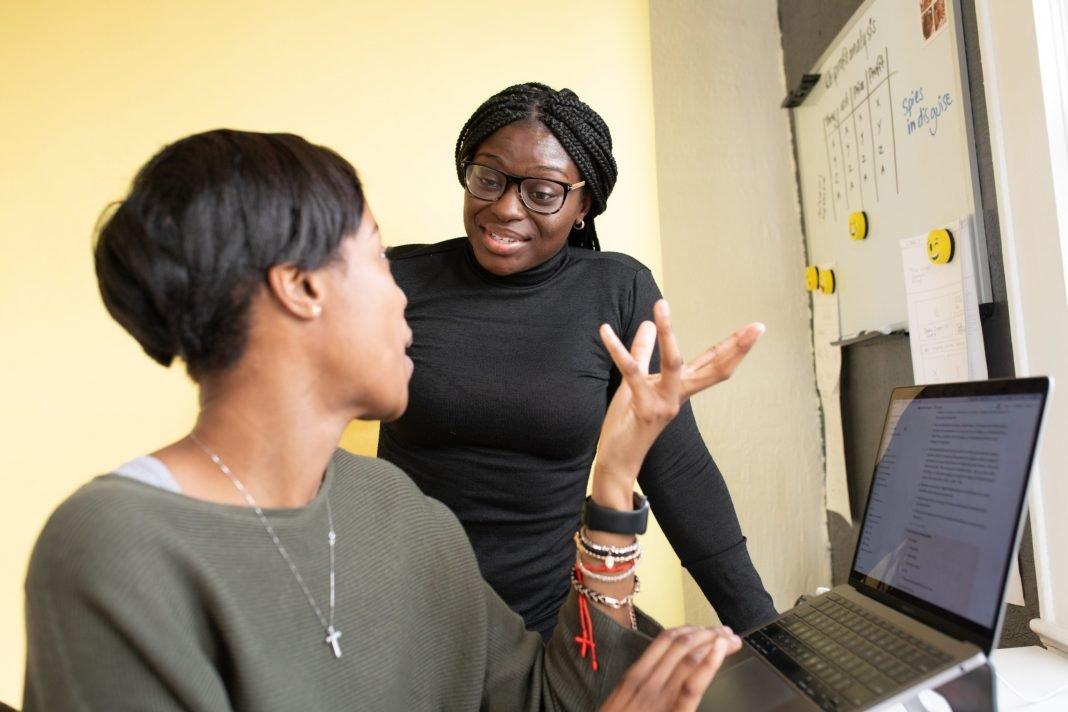 duas mulheres negras no trabalho
